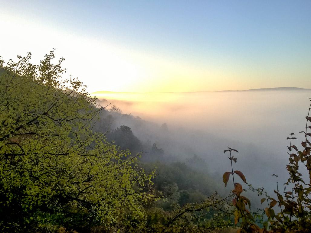 Hrad Devín aj rieka Morava v oblakoch hlboko pod nami