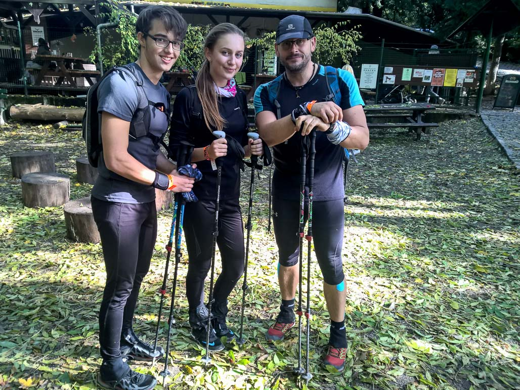 Vysmiata trojica v polovici cesty na päťhviezdičkovej občerstvovačke v Horskom Parku
