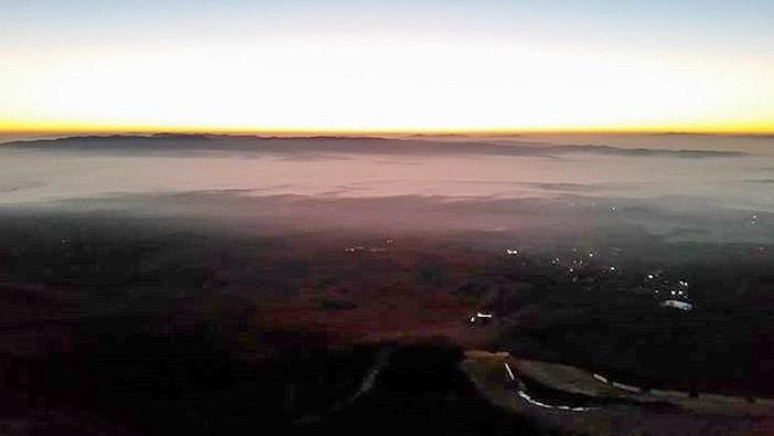 Tesne pred východom slnka už prebiehajú Tomi a Martin okolo Skalnatej chaty.