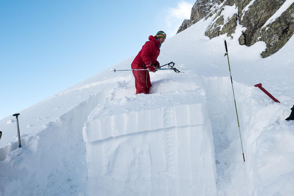Test stability sa dá previesť aj prostredníctvom zložitejšej techniky - Rutschblock Test, profesionálny záchranár Jan Kořínek oddeľuje poskokom na bloku klznú vrstvu