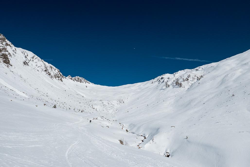 Výstupová trasa v poslednej tretine trasy. V prípade dobrých snehových podmienok sa dá z vrcholu zlyžovať aj svah na pravej strane (tento rok je málo snehu)