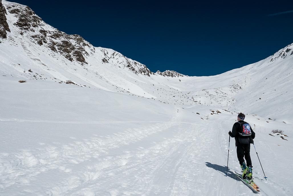 Séria samovoľných lavíniek mokrého snehu na protiľahlom južnom svahu