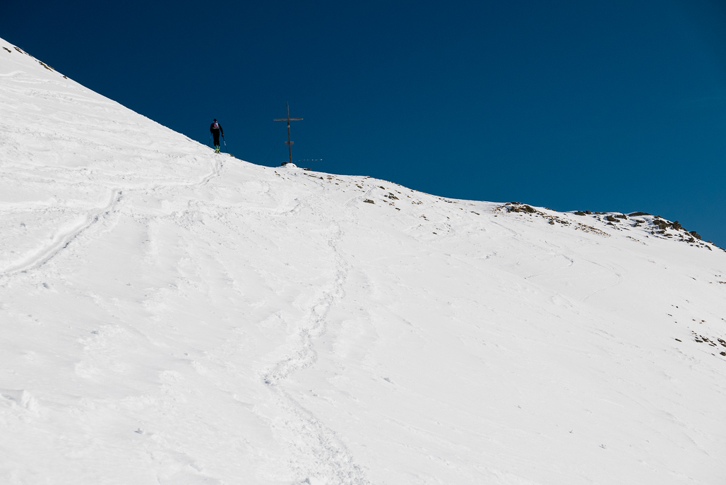 Záverečný traverz pod hrebeňom na vrchol vo výške 2.624 m n.m.
