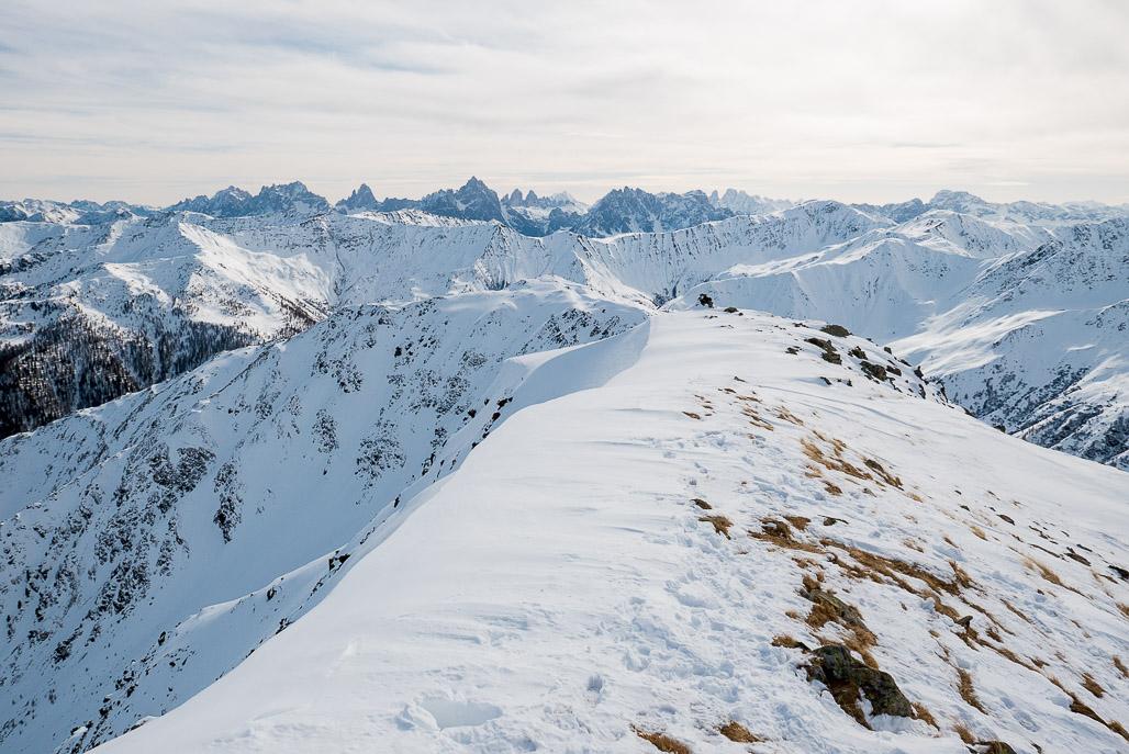 Pohľad na juh na talianske Dolomity. V strede výrazné dva zuby známych Tre Cime di Lavaredo.