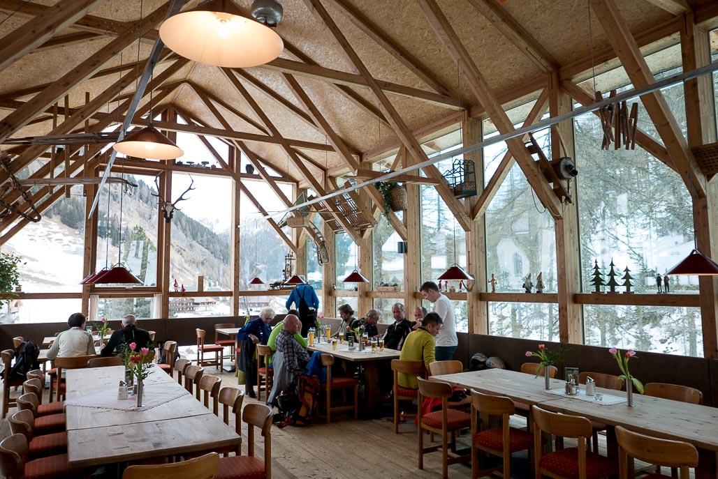 A zaslúžené záverečné pivo v Gasthaus Kalkstein v spoločnosti ďalších skialpinistov