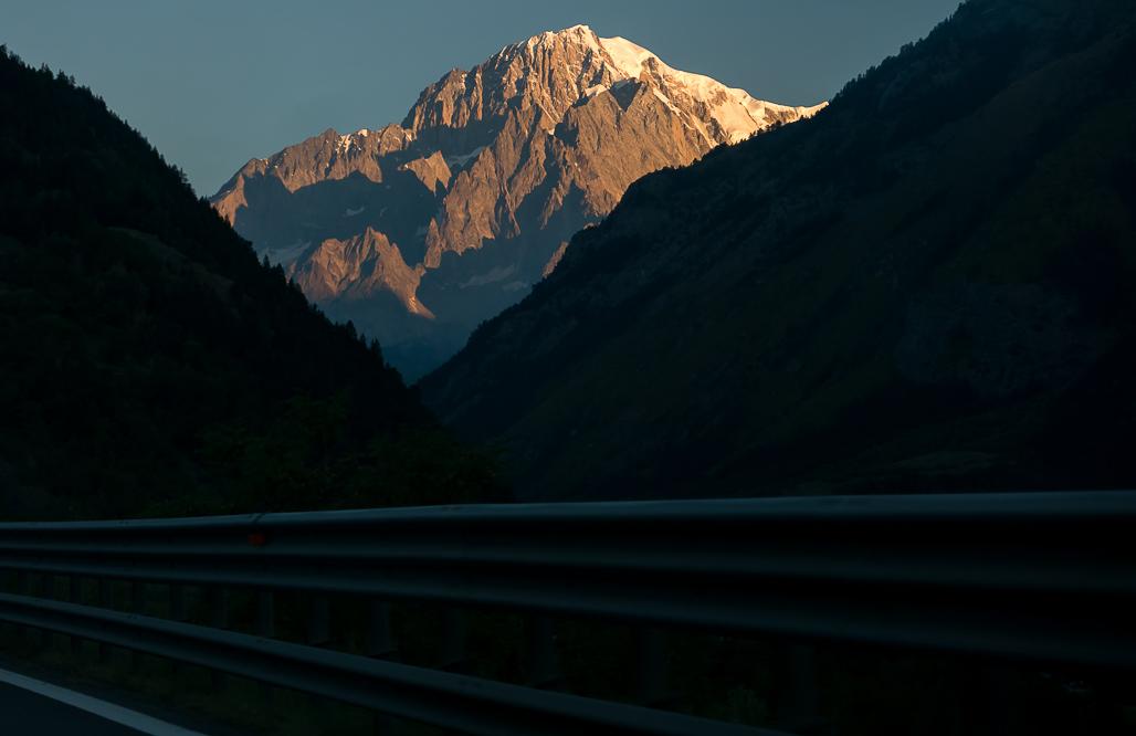 Mont Blanc osvetlený vychádzajúcim slnkom pri príchode do Courmayeur po diaľnici E25