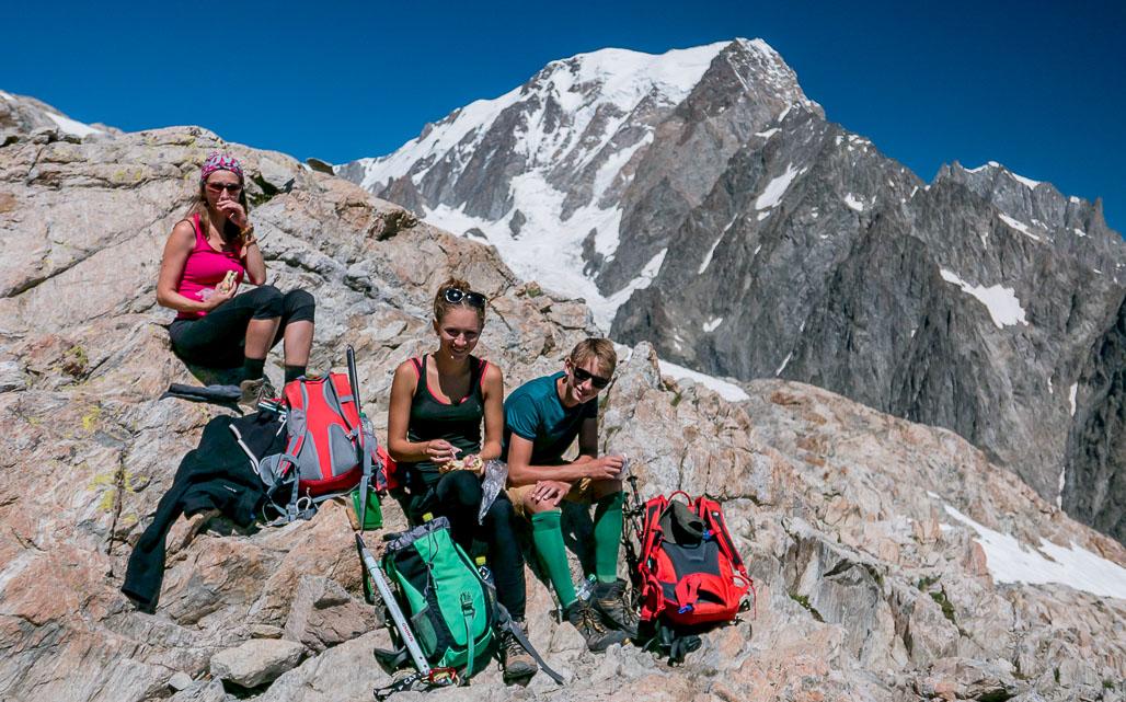 Zaslúžený oddych na veľkej skalnej rímse pri bivaku Rainetto, v pozadí jej veličenstvo Mont Blanc