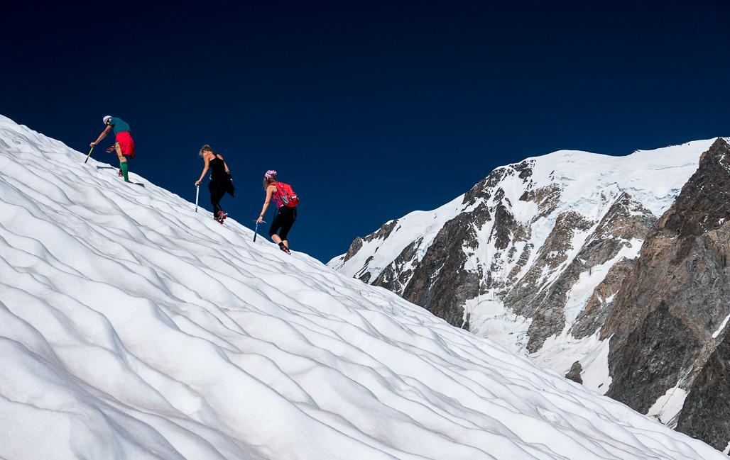 Na ľadovci pod vrcholom Petit Mt Blanc s výhľadom na veľkého brata Mont Blanc