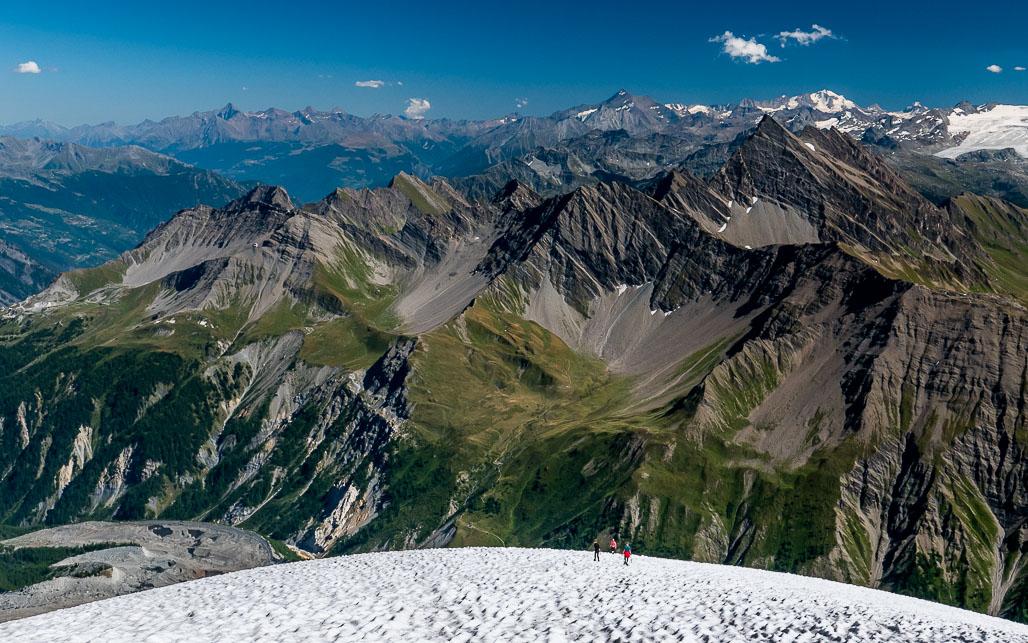 Výhľad spod vrcholu na juhovýchod so spodnou časťou ľadovca pod Petit Mt Blanc